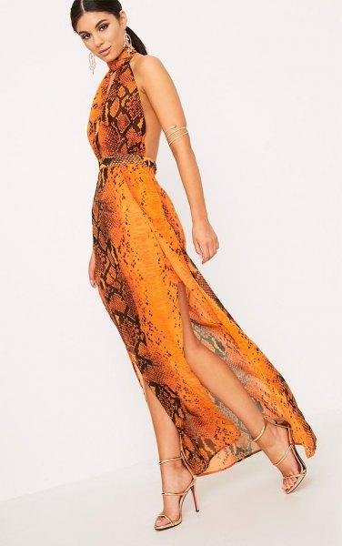 Backless maxi sidenklänning med grime i orange och svart