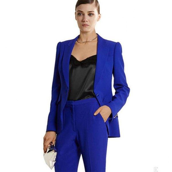 Kungsblå kostym med svart, nedskuren sidenblus