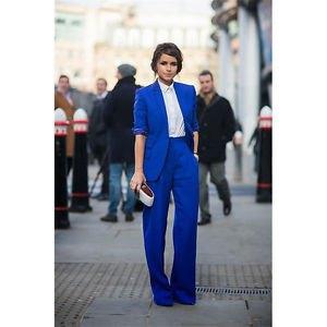 Kungsblå kostymjacka med vit skjorta och vida byxor