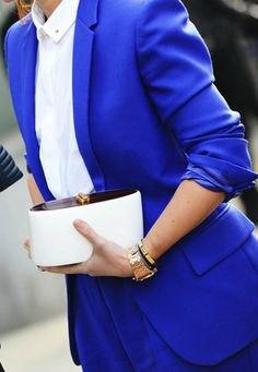 blå kostym med vit, smal skjorta