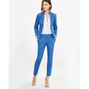 vit blixtlåsblus med blå kostymjacka och ankelbyxor