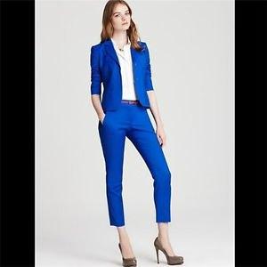 vit skjorta med knappar, blå slim fit kostym och rosa klackar