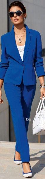 kungsblå kostym med vit scoopringning och ballerinor