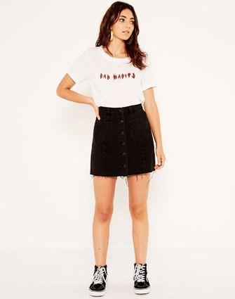 T-shirt med vitt tryck och jeanskjol med svart knapp framtill