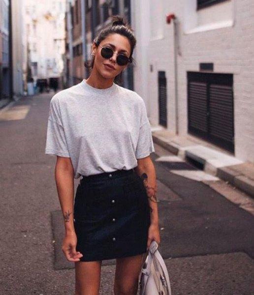 grå t-shirt med minikjol med svart denim-knapp på framsidan