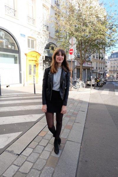 svart skinnjacka med denim kjol och leggings
