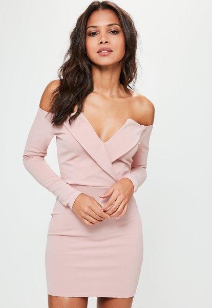 blekrosa långärmad djup V-ringad bardot miniklänning