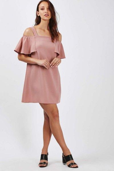 rosa bardot miniklänning med kall axel och klackar med öppen tå