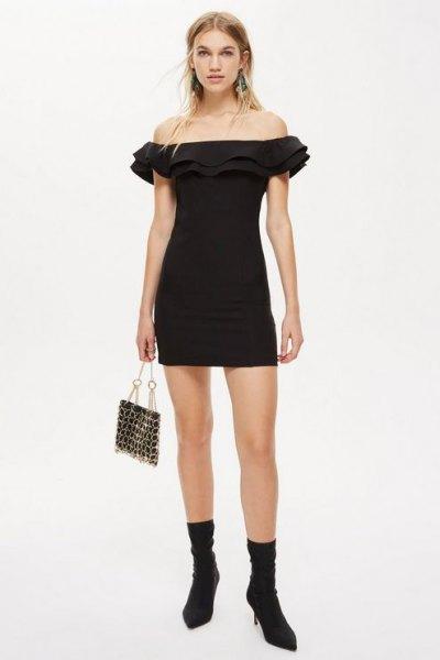 svart miniklänning med ruffad axel och ankelstövlar