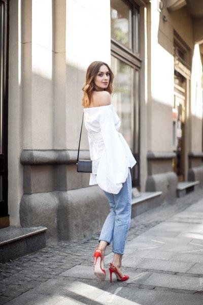 off shoulder vita topp jeans röda klackar