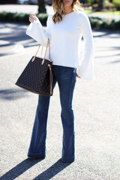 vit klänning ärm blus flare jeans outfit