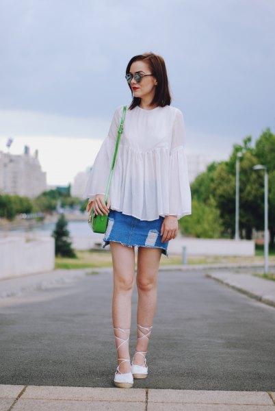 vit topp denim kjol med strappy klackar