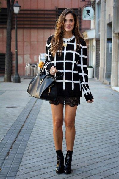 svartvitt rutig tröja med spetsshorts och korta läderstövlar