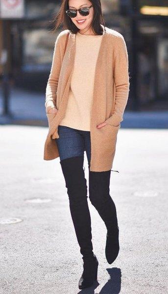 Rouge rosa ullrock med elfenbenströja och overknee stövlar