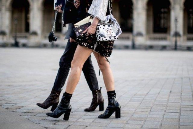 svart miniklänning med vit spetsblus och högklackade fotkängor