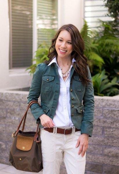 ljusblå skjorta med knappar och elfenbenchinos