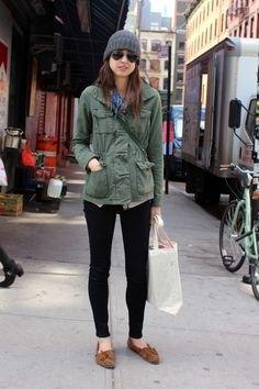 grå nyckeljacka med skinnfria jeans och tofflor utan ankel
