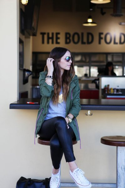 grå tunika-t-shirt och damaskar i svart läder