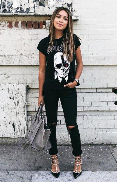 svart grafisk t-shirt med rullade ärmar, rippade jeans och paljettklackar