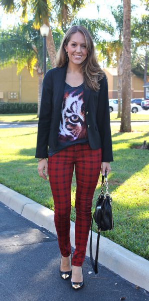 svart grafisk t-shirt med scoop halsringning, casual blazer och röda rutiga byxor