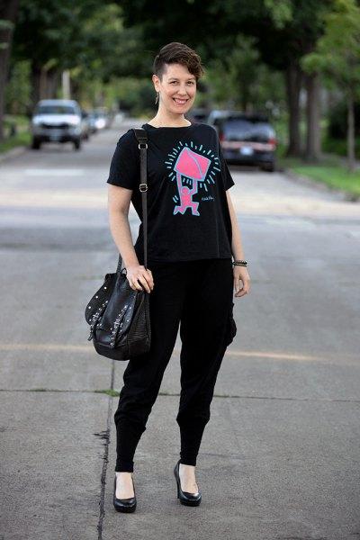svart grafisk t-shirt med joggbyxor och läderklackar