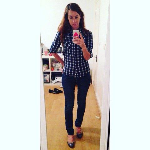 Mörkblå och vit rutig, smal tröja med mörka jeans