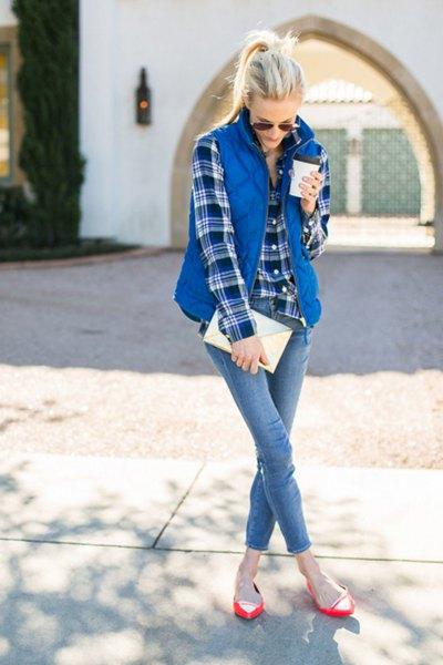 blå rutig pojkvänskjorta med quiltad väst och smala jeans