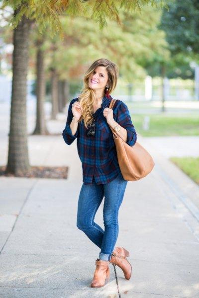 Rutig pojkvänströja med smala jeans med muddar och bruna läderstövlar