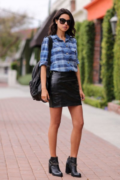 blå rutig skjorta med svart läder mini kjol och läder stövlar