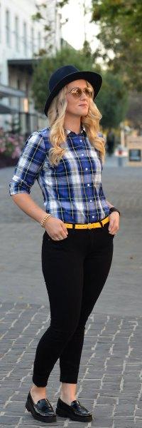 blå och vit skjorta med gult bälte och svarta skinny jeans
