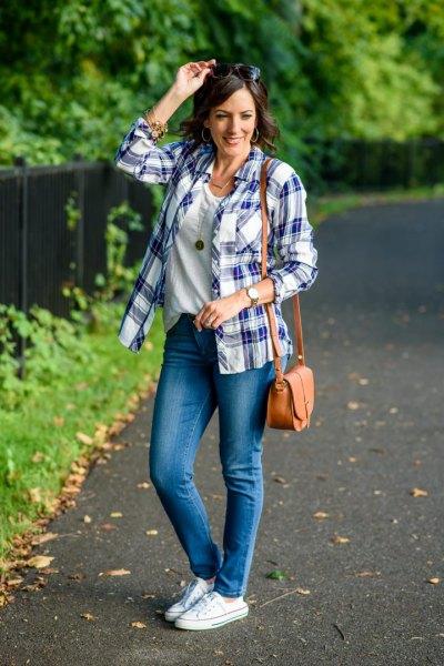 T-shirt med rund hals, blå jeans och vita canvasskor