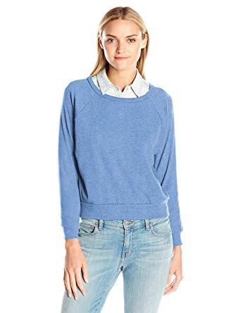 himmelsblå tröja med urringning och skjorta med krage