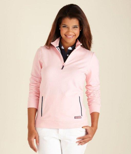 Ljusrosa golftröja med kvartsdragkedja och vita jeans