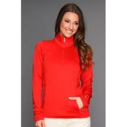 röd halvärmad halv zip golfjacka och vita jeans