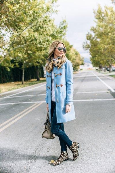 himmelsblå skinny jeans med lång trenchcoat