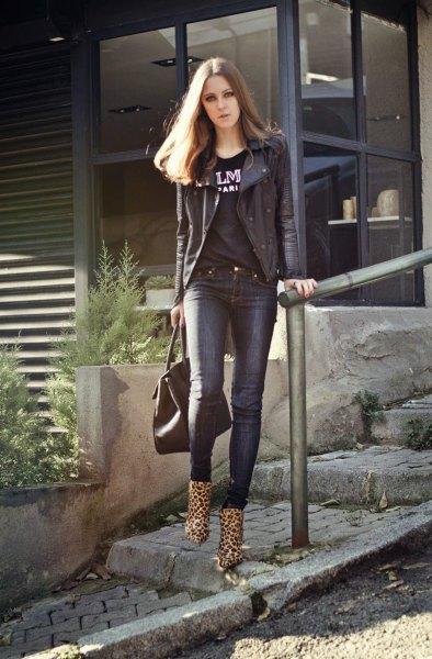 Ankelbotar i leopardmönster, svart t-shirt med motojacka