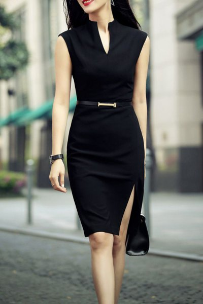 svart ärmlös knälång, figur-kramande slits klänning med bälte