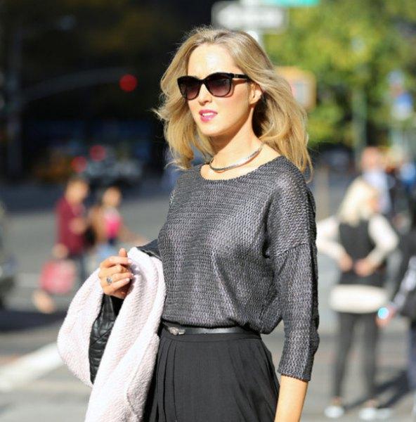 silverstrukturerad blus med svart veckad kjol