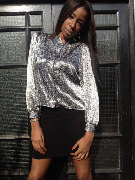 silvermetallisk blus med knappar och svart minikjol