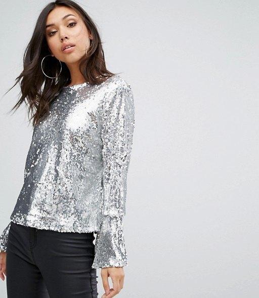 silver paljettblus med klockärmar och svarta läderbyxor