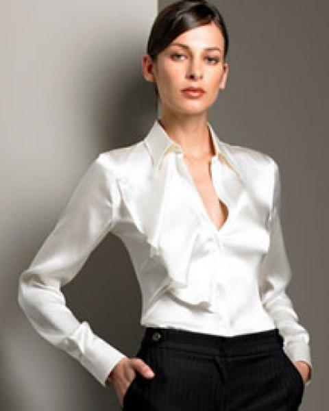 Silkesskjorta med knappar och svarta chinos