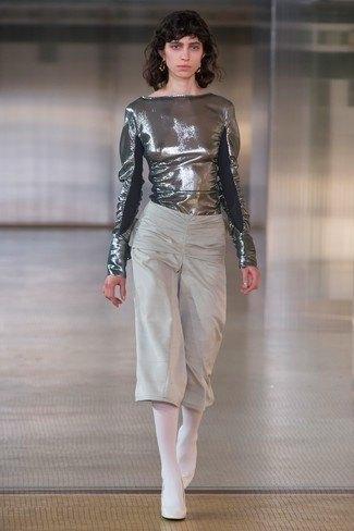 Metallisk blus med grå, beskurna byxor med vida ben