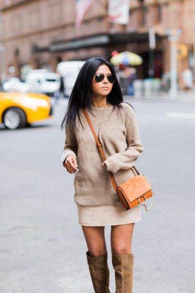 Blushing pink chunky stickad tröja med mini elfenben kjol och brun mockapåse