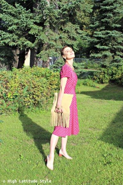 rosa och vit prickig mittklänning med ljusgul mockaficka