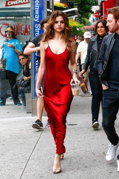 röd maxi sidenklänning med halsringning