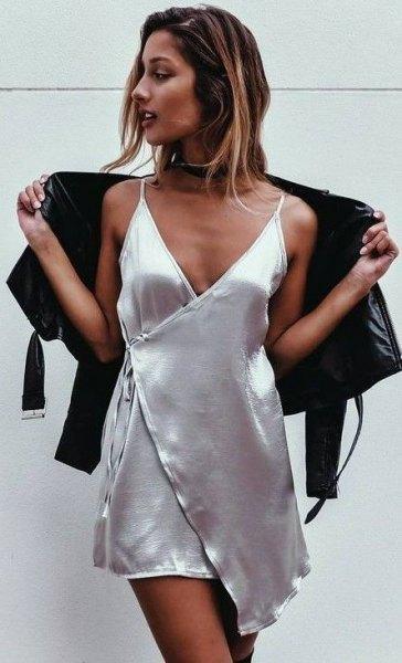 svart kofta över en miniklänning i silkeslind