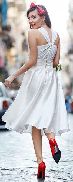 vit passform och utsvängd midi sidenklänning