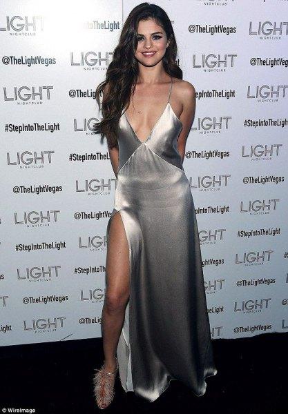 hög split silver siden klänning