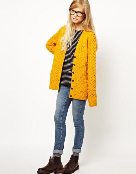 Citron gul kofta med randig t-shirt och grå jeans