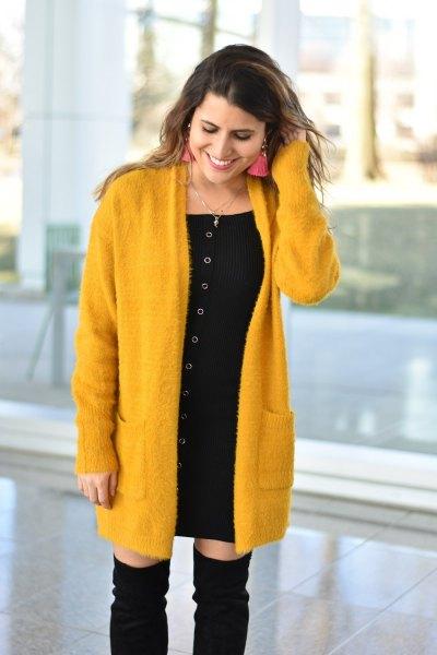 svart miniklänning med gul lång kofta